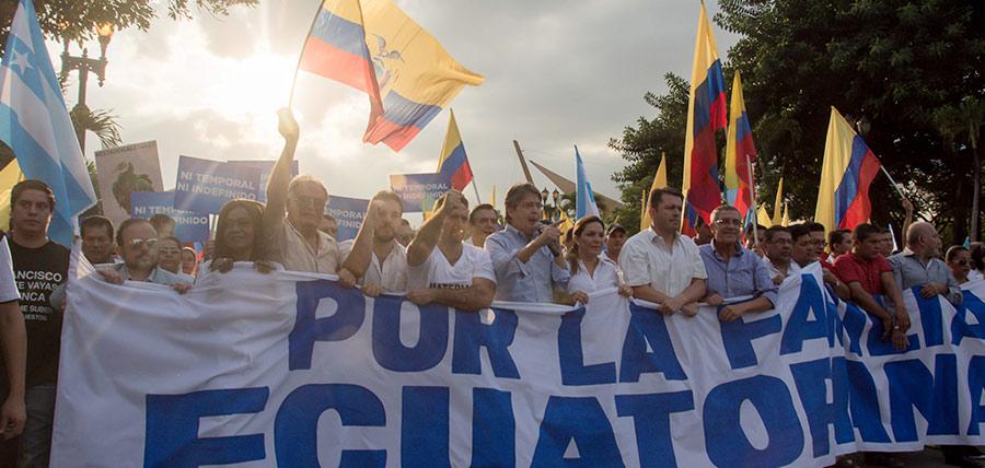 Lasso lidera masiva marcha en defensa de la familia y democracia