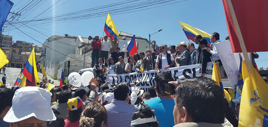 Asambleístas de Oposición impedidos de ingresar al debate lideraron la Asamblea Popular desde las Calles de Quito